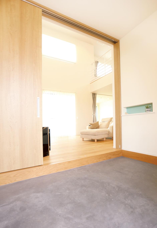 Asobi-創家(アソビスミカ)/ナカジツ【1000万円台、省エネ、建築家】かなり広い玄関土間。続くシューズクロークの収納量もたっぷりだ