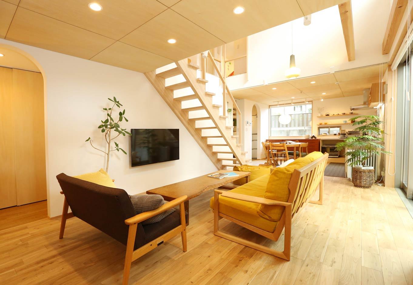 Asobi-創家(アソビスミカ)/ナカジツ【狭小住宅、間取り、建築家】天井をあえて低めに抑え、窓のラインと高さを合わせることで空間をスッキリと見せる手法は建築家・伊礼智氏の代名詞。ナチュラルな木の空間に北欧系の家具とペンダントライトがベストマッチ。木のストリップ階段は細い手すりまで職人の手づくりにこだわった