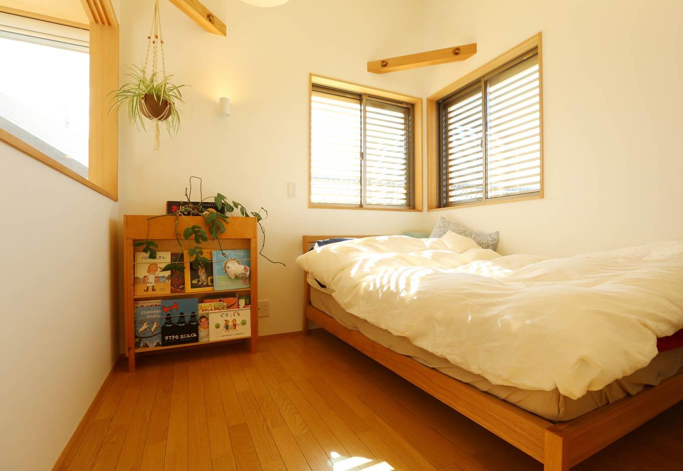 Asobi-創家(アソビスミカ)/ナカジツ【狭小住宅、間取り、建築家】子ども部屋は、子どもたちの成長に応じて4.5畳×4.5畳の2部屋にセパレートできる。南側の部屋にはロフトも完備。床を合板フローリングにしたことでコストダウンにつながった