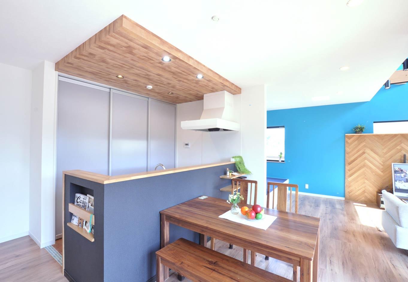 キッチンに立つと、1階全体を見渡せるのはもちろん、吹抜けを通して2階の気配もわかるので子育てママも安心。バックヤードにパントリーやゴミ箱、調理家電を集約し、引き戸で隠して生活感を出さない工夫を。マガジンラックも造作