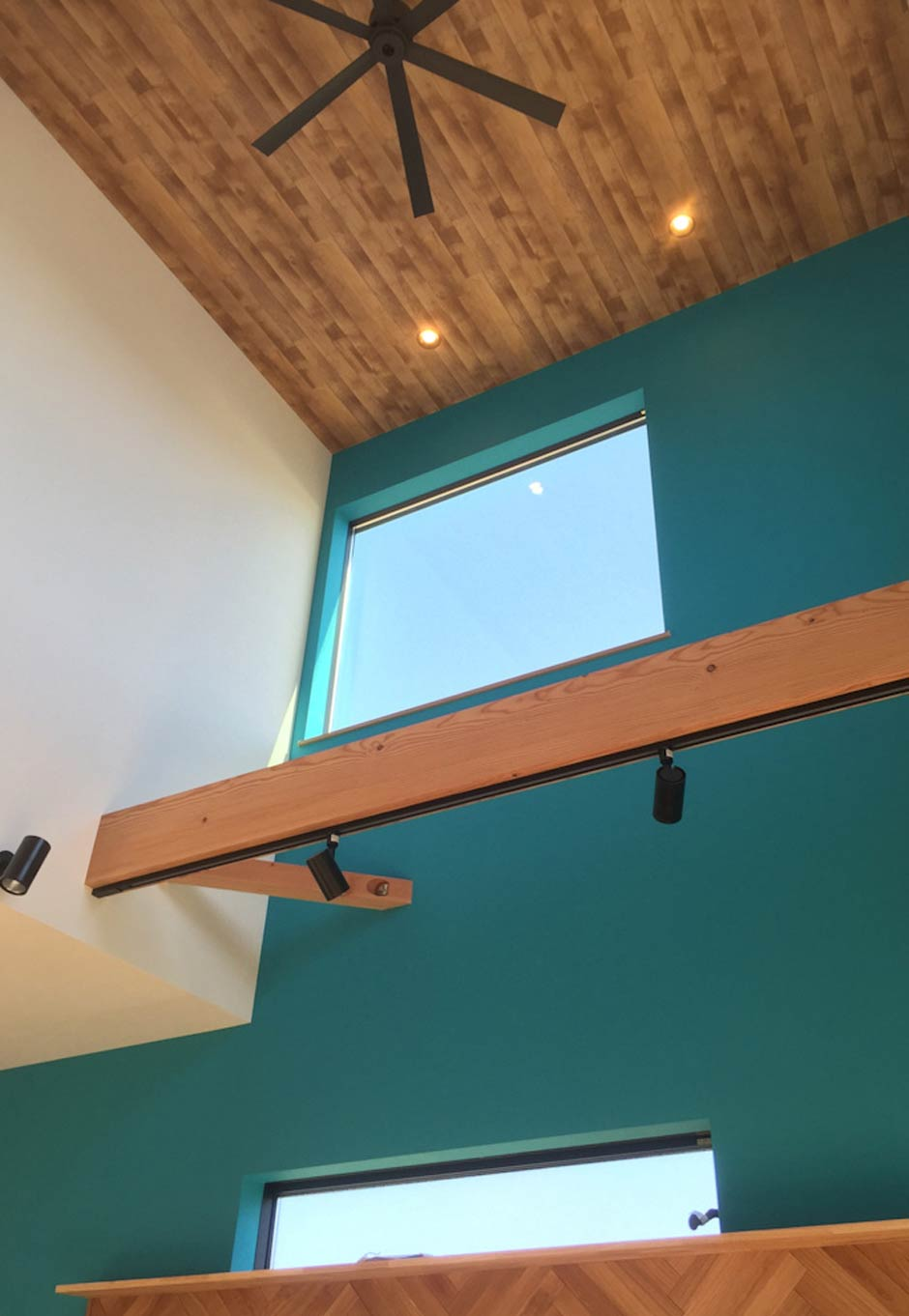 Asobi-創家(アソビスミカ)/ナカジツ【デザイン住宅、趣味、間取り】これほど大きな吹抜け空間があっても、ダクト換気システムによる超高気密・高断熱で家中どこにいても温度差がなく、夏も冬も快適に暮らせる。シンプルなデザインのシーリングファンがマリンテイストの空間に似合っている。天井は無垢ではなく、木目調のクロスを貼ってコストダウンにつなげた