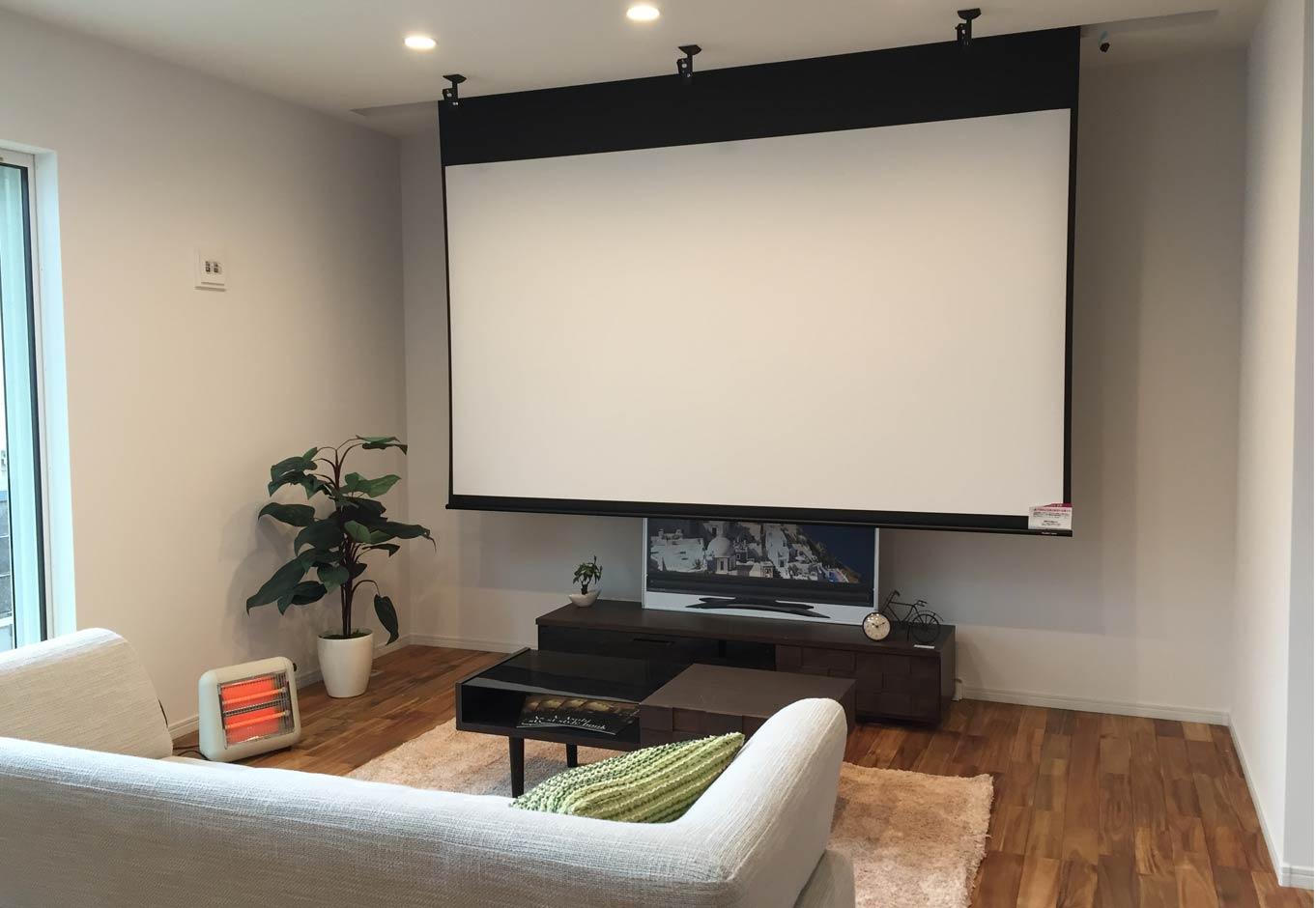 Asobi-創家(アソビスミカ)/ナカジツ【趣味、省エネ、間取り】「自宅のリビングで、映画館のような大きなスクリーンと大音響でDVDを楽しみたい!」というご主人の夢を叶えた100インチのホームシアター。新築に合わせてプロジェクター、スクリーン、そしてスピーカーも購入した