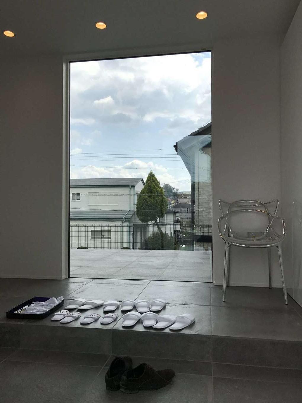 Asobi-創家(アソビスミカ)/ナカジツ【デザイン住宅、高級住宅、間取り】高級感ただようタイル敷きの玄関ホール。正面に大きなFIX窓を採用し、東のテラスへと目線が抜ける