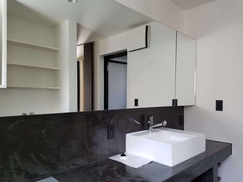 Asobi-創家(アソビスミカ)/ナカジツ【デザイン住宅、高級住宅、間取り】洗練されたホテルライクな洗面脱衣室。ワイドな鏡、洗面ボウルを2つ設けたことで、朝の混雑も解消できる