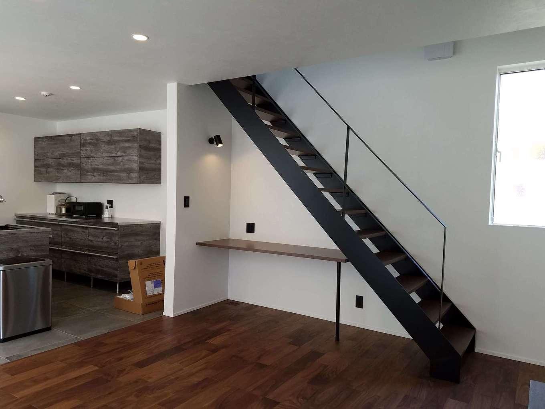 Asobi-創家(アソビスミカ)/ナカジツ【デザイン住宅、高級住宅、間取り】マットな質感がおしゃれなスティールのリビング階段が空間を引き締める。階段下のデッドスペースにPCカウンターを造作