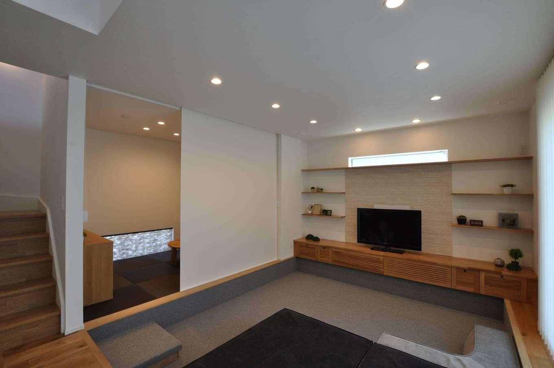 普段はオープンにしておく畳コーナーは、シーンに応じてロールスクリーンで仕切ることもできる。テレビボードと飾り棚は造作