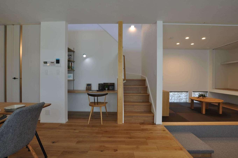 Asobi-創家(アソビスミカ)/ナカジツ【デザイン住宅、省エネ、間取り】外から帰ってきて、必ずママの顔を見てから2階に上がる「ただいま動線」を採用。階段下のデッドスペースを活かし、夫婦共有のPCコーナーをつくった