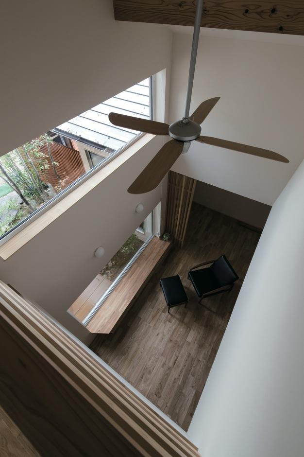 吹抜けの開放感だけでなく、2階からも中庭の緑を眺められる