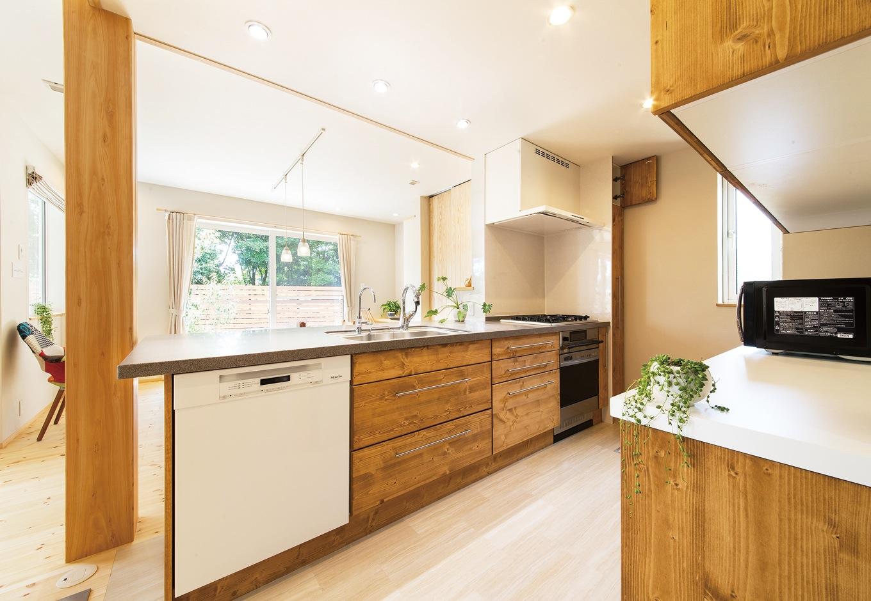 長さ3mを超えるオリジナルの木製キッチンは奥さまのこだわり。パンを作るためにガスオーブンを採用したり、ドイツの名門「Miele」の食洗機を装備するなど家事を助けてくれる。家族を見守る大黒柱は8寸の天竜ヒノキ