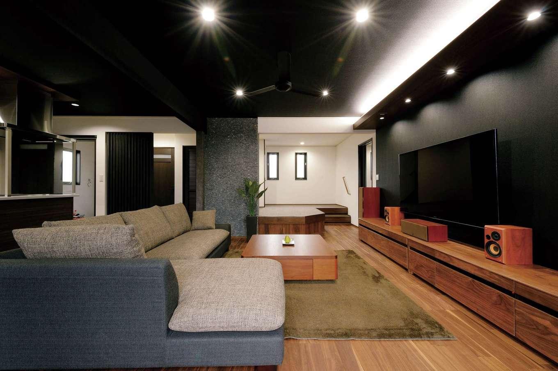 朝日住宅【デザイン住宅、自然素材、間取り】床材の色に合わせ、夫妻があちこちから買い集めたインテリアが馴染む