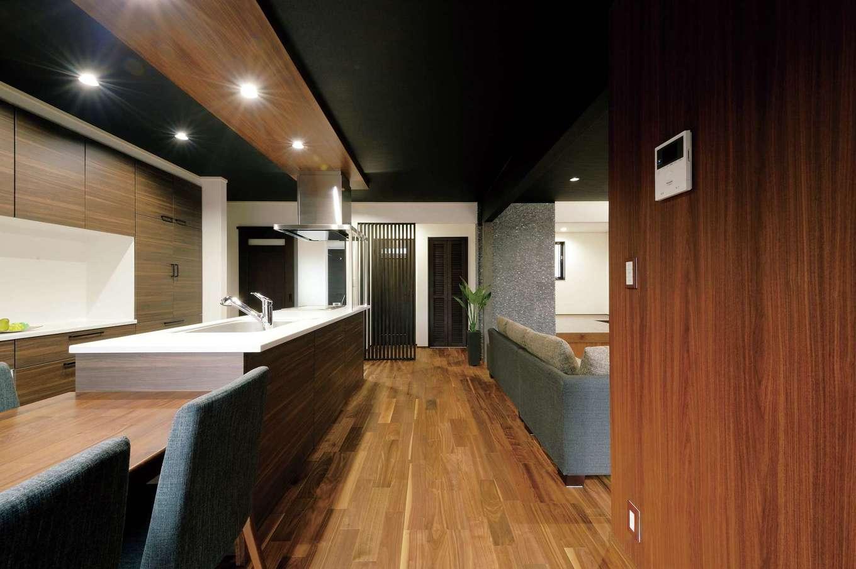 朝日住宅【デザイン住宅、自然素材、間取り】キッチンから洗面、浴室が直線で繋がる間取りは、家事動線が短縮されてスマート。リビングを見渡せるので、調理中も家族の様子が一目でわかる