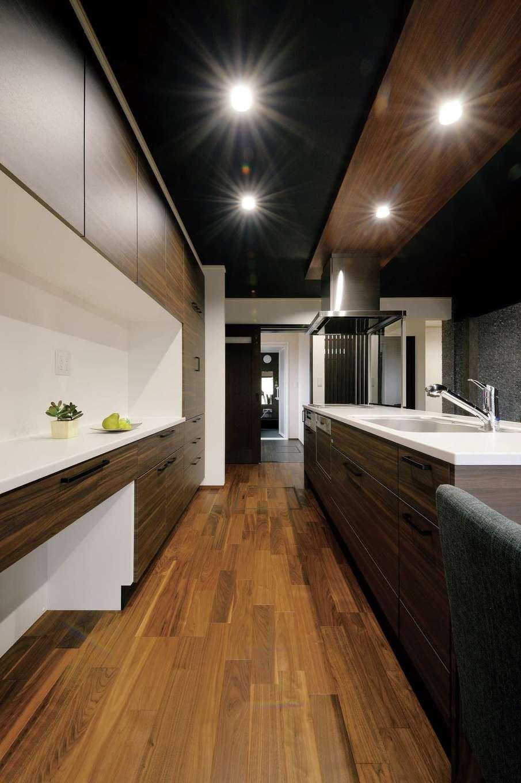 朝日住宅【デザイン住宅、自然素材、間取り】奥さまの願いを叶え、機能とデザインを両立させたゆとりあるキッチン。背面収納もたっぷり
