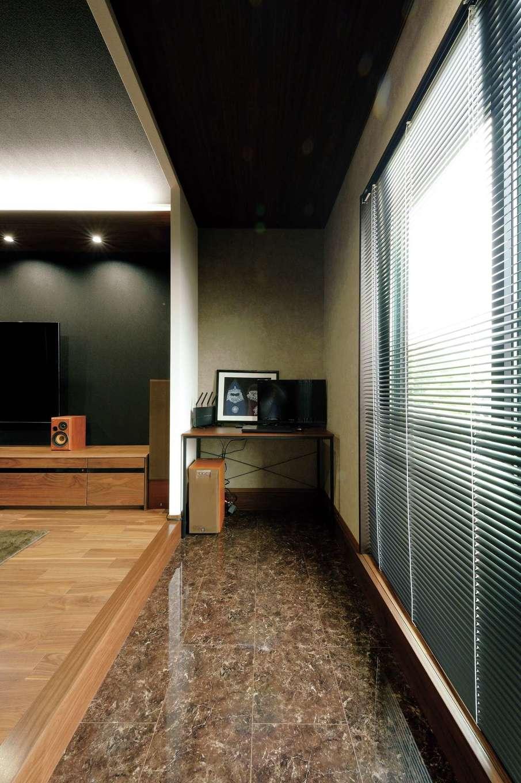 朝日住宅【デザイン住宅、自然素材、間取り】リビングから一段床を下げた所にある書斎