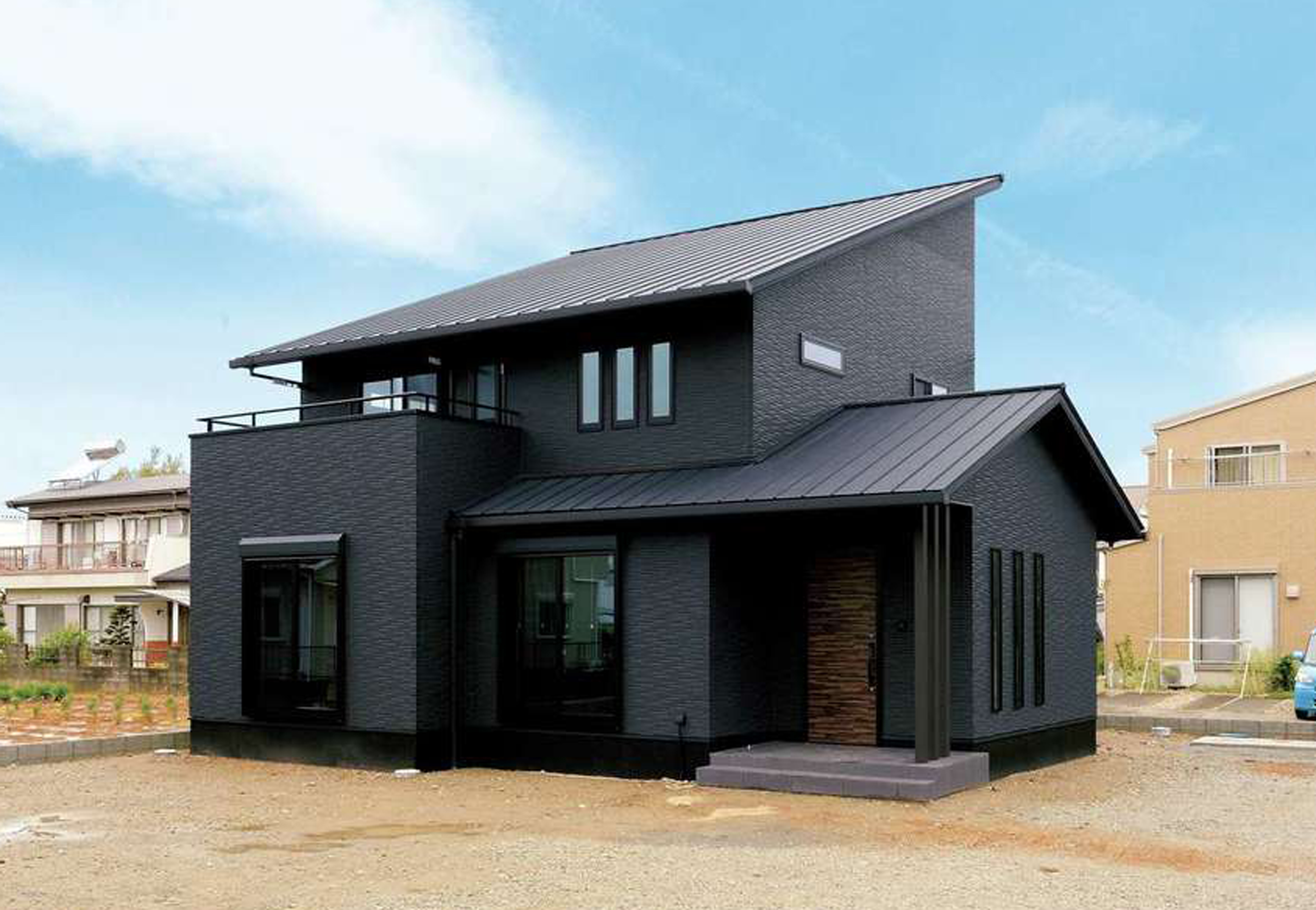 朝日住宅【デザイン住宅、自然素材、間取り】基礎部分までも黒で仕上げた、オールブラックの外観はひときわクール。凹凸のあるフォルムが印象的だ