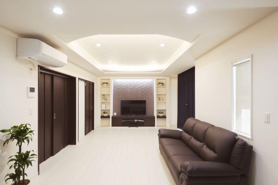 朝日住宅【デザイン住宅、趣味、間取り】折り上げ天井が印象的なLDK。リビングの隣に個室を配置。仕切り戸を開け放つと開放感が増すと同時に、家族一緒に過ごすこともできる