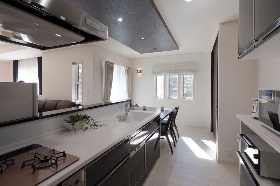 朝日住宅【デザイン住宅、趣味、間取り】キッチンには回遊式の動線を確保。車椅子でも使えるようにスペースも広くとってある