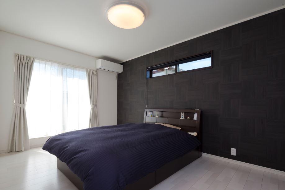 朝日住宅【デザイン住宅、趣味、間取り】黒のアクセントクロスがスタイリッシュな寝室