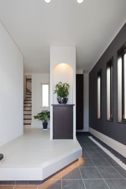 朝日住宅【デザイン住宅、趣味、間取り】足元の間接照明や正面のニッチがオシャレな玄関。手前にはベンチもあり機能的