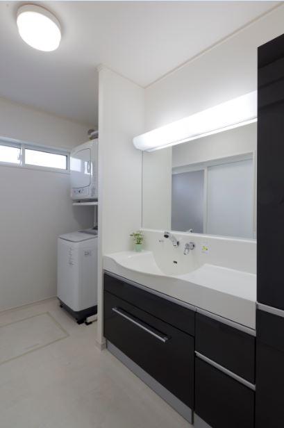 朝日住宅【デザイン住宅、趣味、間取り】車椅子でも使いやすい高さの洗面台。キャビネットを引き出すとチェアになっている