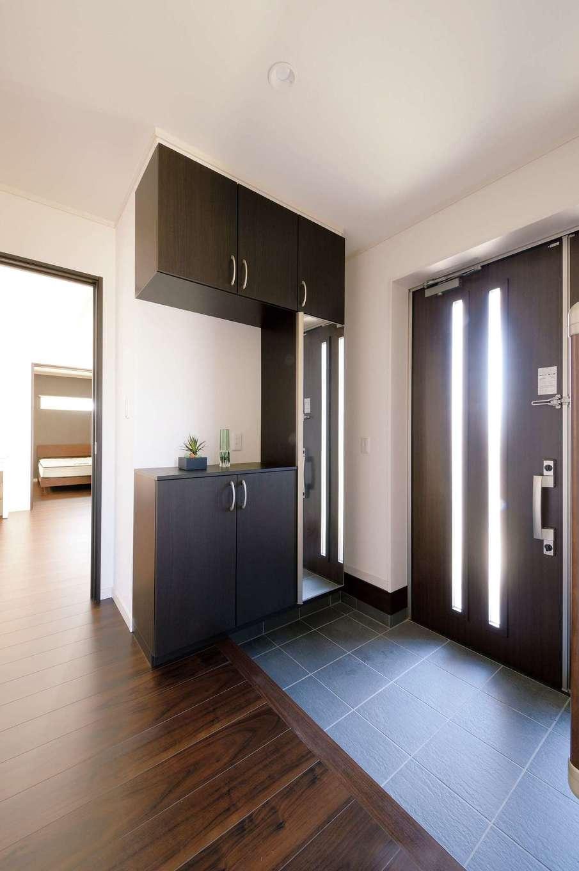 朝日住宅【デザイン住宅、省エネ、平屋】ドア、収納家具、床などはダークブラウンで統一。「この色が一番落ち着くね」とふたりの意見が一致した