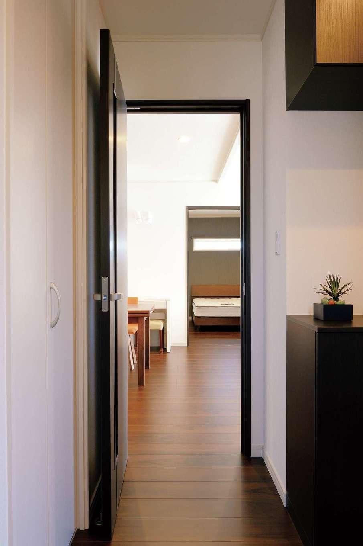 朝日住宅【デザイン住宅、省エネ、平屋】和室、玄関ホール、LDK、寝室までを一直線でつないだシンプルな間取り。家の中の様 子がすぐに把握できるので、生活ストレスが少なく、家事時間も短縮できる