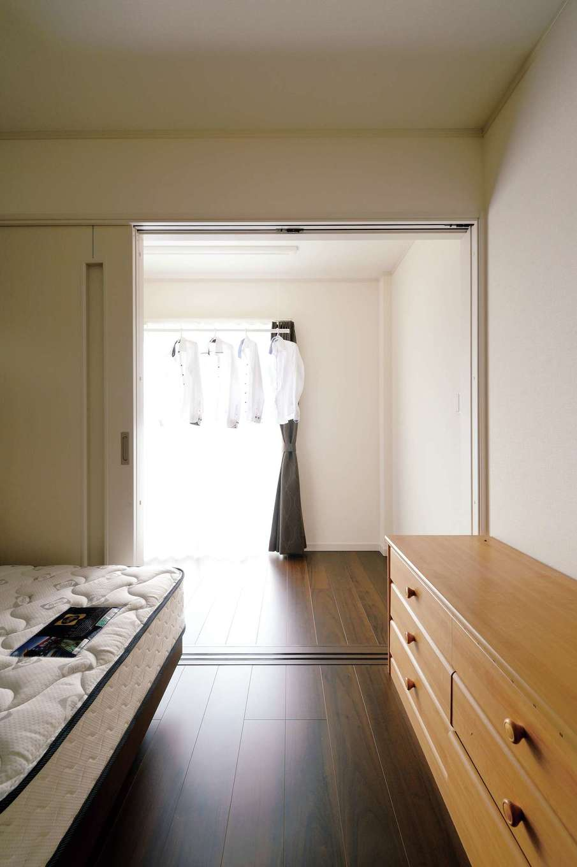朝日住宅【デザイン住宅、省エネ、平屋】リビング隣の寝室。右側の扉を開けると広縁があり、平日はそこで洗濯物を室内干しする。忙しいご夫婦に合った効率のいい間取り