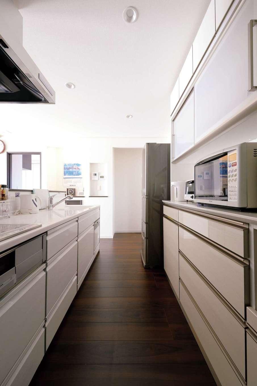 朝日住宅【デザイン住宅、省エネ、平屋】豊富な背面収納やパントリーを備えたキッチンは、いつも美しく片付き、広々として使いやすい