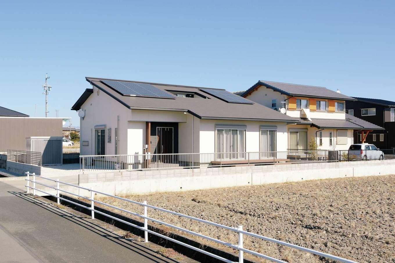 朝日住宅【デザイン住宅、省エネ、平屋】遮るものがない開放的なロケーションに、シンプルモダンな外観が映える。太陽光発電パネルは4.20kWを搭載。断熱性能が高いため、使用電力が少なく、売電量の方が圧倒的に多い