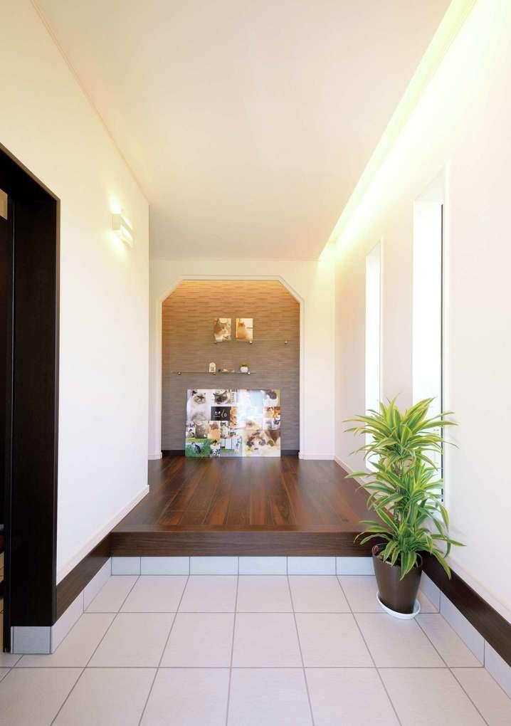 朝日住宅【デザイン住宅、ペット、ガレージ】玄関から入った正面には愛猫の写真が飾ってあり、間接照明で照らされている