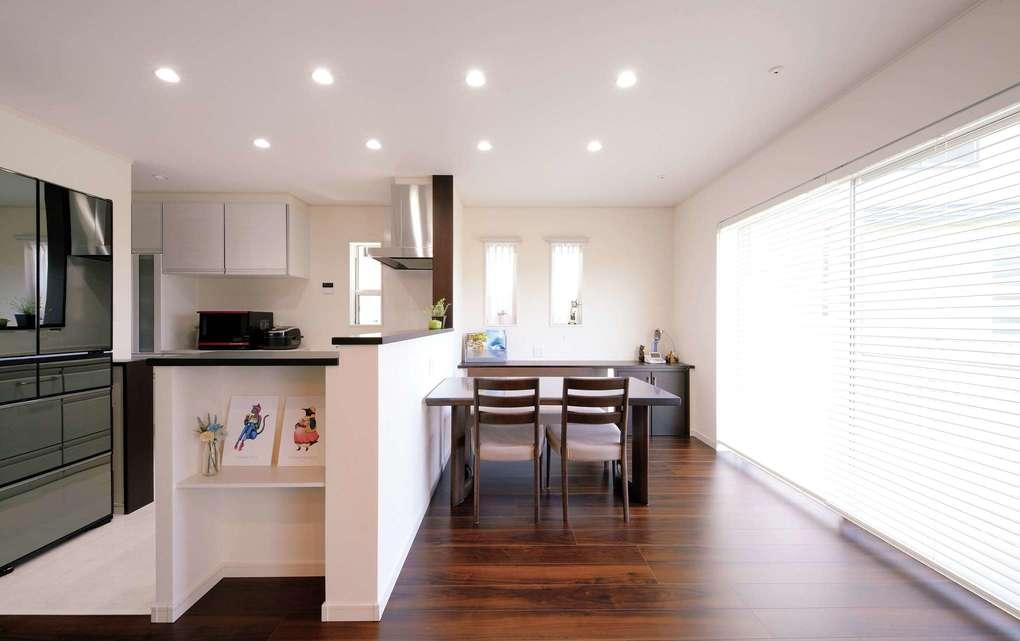 朝日住宅【デザイン住宅、ペット、ガレージ】リビングや和室とひと続きになるダイニングキッチン。奥にはストックに便利な食品庫がある