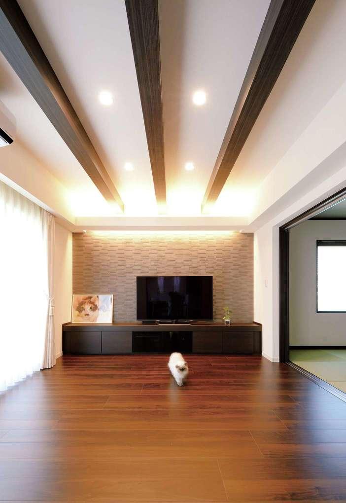 朝日住宅【デザイン住宅、ペット、ガレージ】リビングで目を引くのがTVボード裏のエコカラット。ご主人がスマートな見た目に惚れ込み、導入を決めたそう。空気を清浄に保つ効果もある
