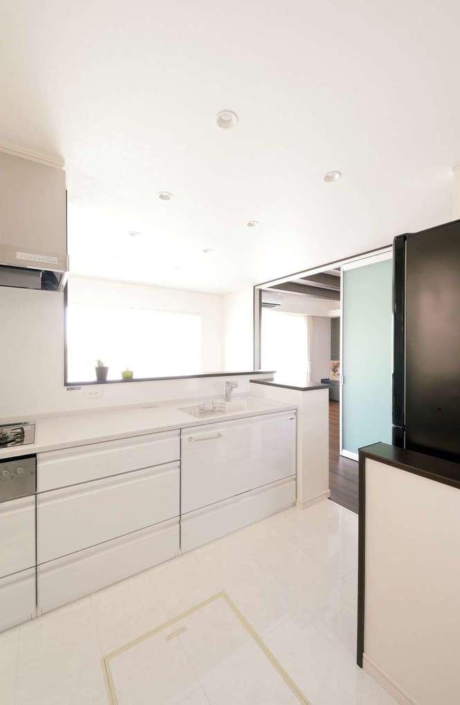 朝日住宅【デザイン住宅、ペット、ガレージ】ゴミ箱の位置まで考えた、綿密な設計が使いやすいゆとりのキッチン