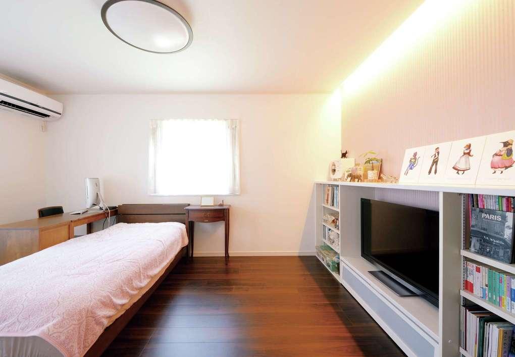朝日住宅【デザイン住宅、ペット、ガレージ】2階の洋室には、テレビボード兼本棚を造作。写真用のピクチャーレールもある