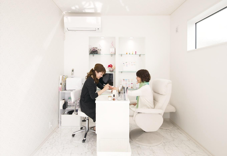 朝日住宅【デザイン住宅、子育て、自然素材】プライベートなひとときをゆったり堪能できる空間づくりにこだわった。内装は白で統 一し、清潔感溢れるリラクゼーション空間を演出。家事動線の延長上にサロンがあるので、とても便利だ