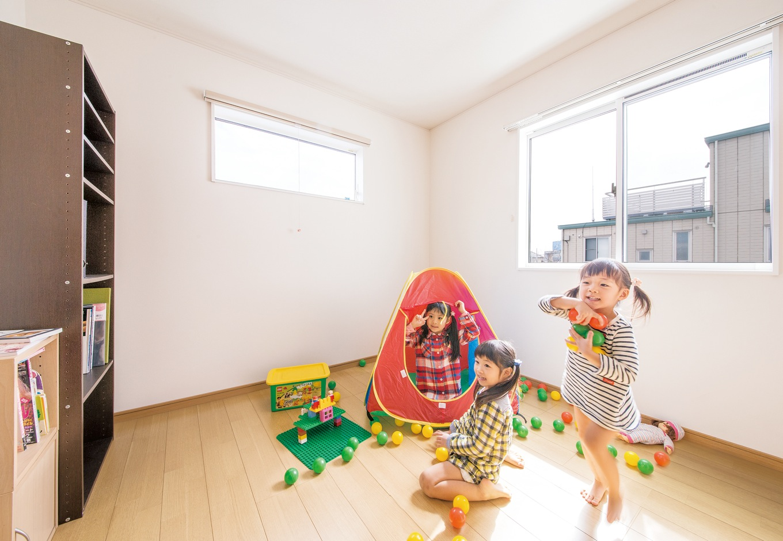 朝日住宅【デザイン住宅、子育て、自然素材】2階には子ども室を3室用意。どの部屋も明るさを確保し、将来子どもたちの個性に合わせて自由にコーディネートできるようにシンプルなデザインで統一