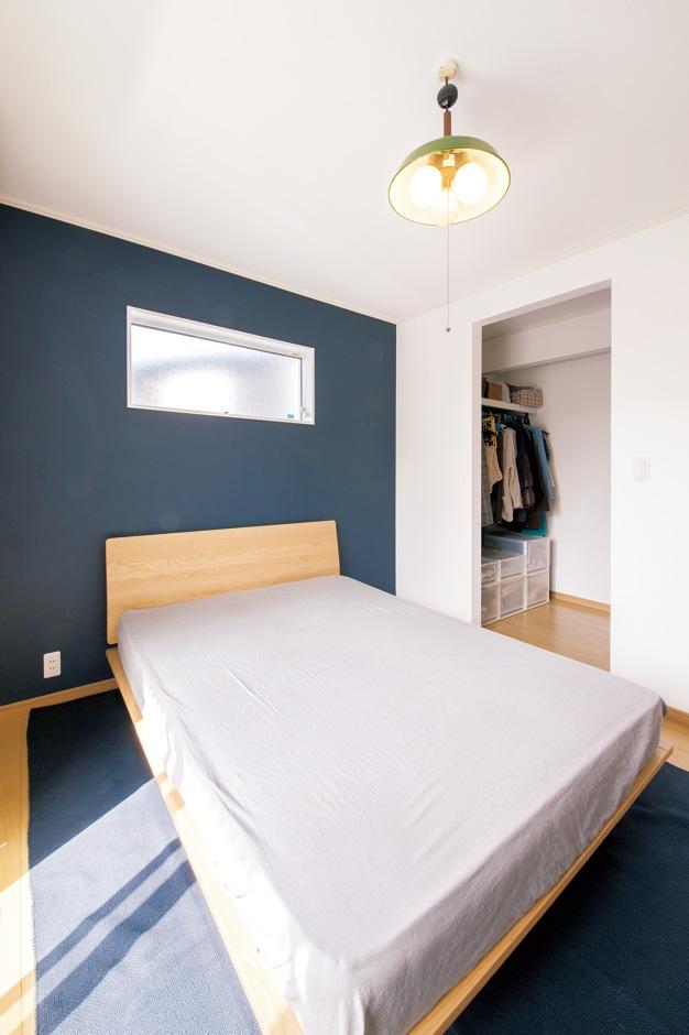 朝日住宅【デザイン住宅、子育て、自然素材】寝室はダーク系のアクセントウォールでシックに演出