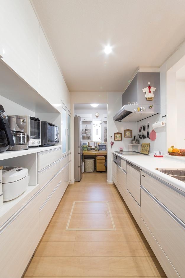 動線にもこだわり、キッチンの奥には家事スペースを 設けた
