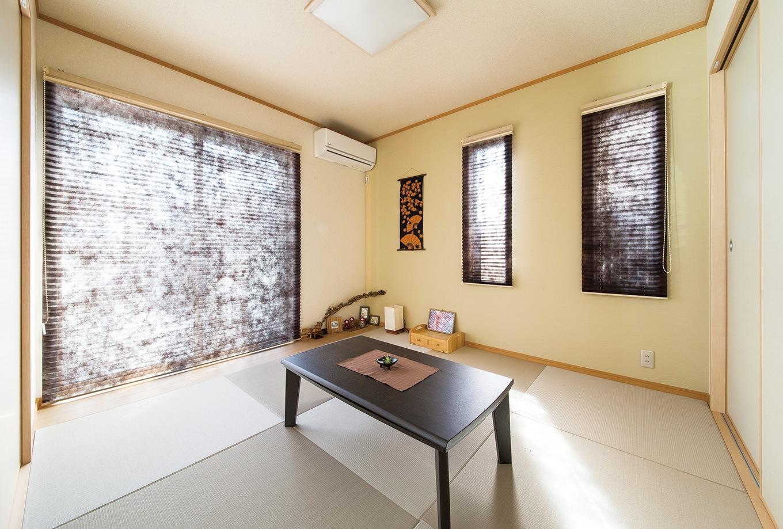 和室はプライバシーに配慮して縦長の窓に変更。和紙のスクリーンで和モダン風に演出