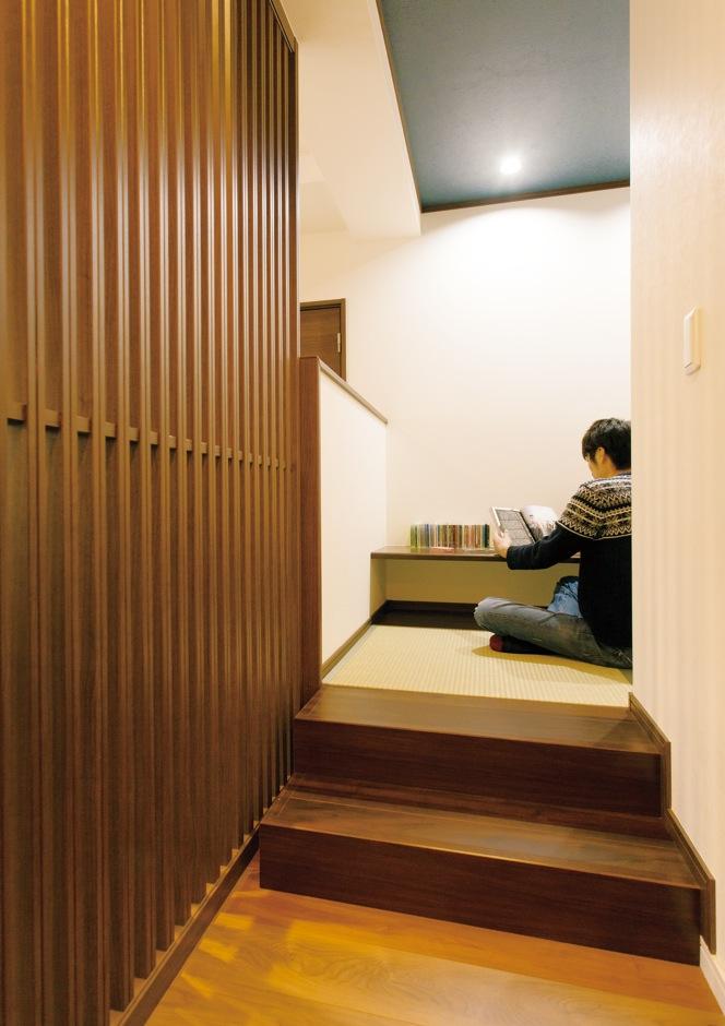 朝日住宅【デザイン住宅、二世帯住宅、間取り】リビングに併設した、小上がりの書斎スペースはご主人のお気に入り