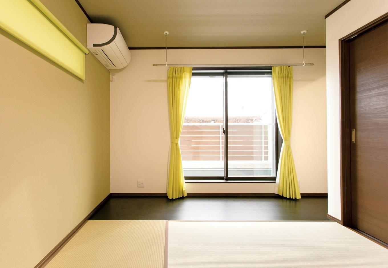 朝日住宅【デザイン住宅、二世帯住宅、間取り】布団で眠りたいご主人の希望で、2階の寝室は和室に。一部のみフローリングを敷き、奥にウォークインクローゼットを設計。室内干し用の物干しも天井に設置