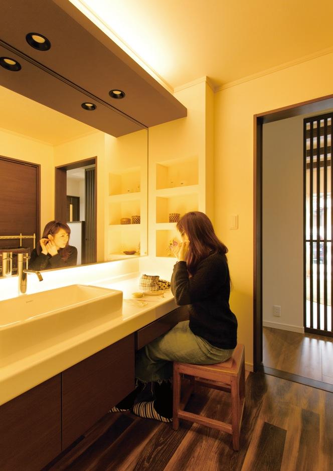 奥さまこだわりの洗面ルームは、壁一面の鏡やフルオーダーの洗面台がスタイリッシュ