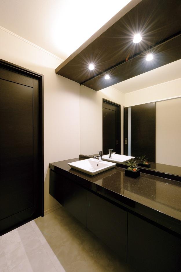 朝日住宅【デザイン住宅、収納力、間取り】洗面所は、ホテルのパウダールームを思わせる贅沢さ。扉を開けるとキッチンにつながる