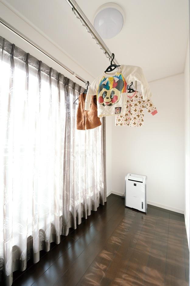 朝日住宅【デザイン住宅、収納力、間取り】寝室と子ども室の間にある、室内干し専用のサンルーム。陽当たりも良い