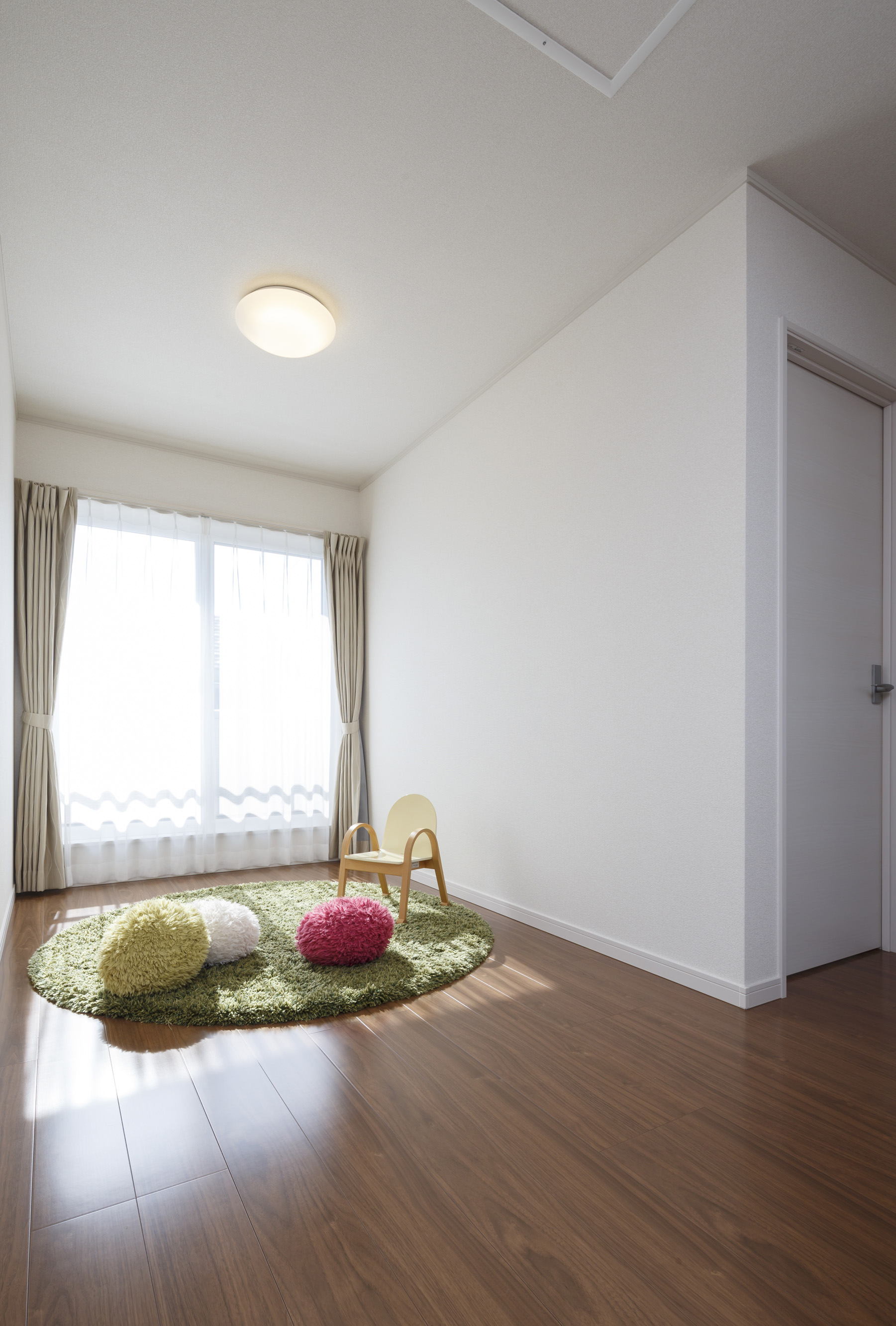 朝日住宅【収納力、省エネ、間取り】2階の寝室と子ども室の間にフリースペースを用意。雨の日はここに洗濯物を干せるほか、子どもの遊び場としても便利だ