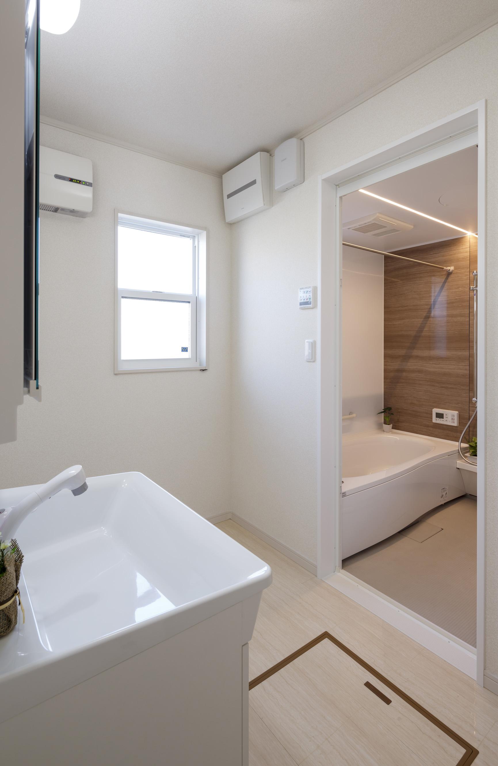 朝日住宅【収納力、省エネ、間取り】浴室にはPanasonicのエコソリューションズAWEを採用。浴室内の天井・壁・浴槽・床まで断熱するため、暖まるのが早く消費電力も少ない