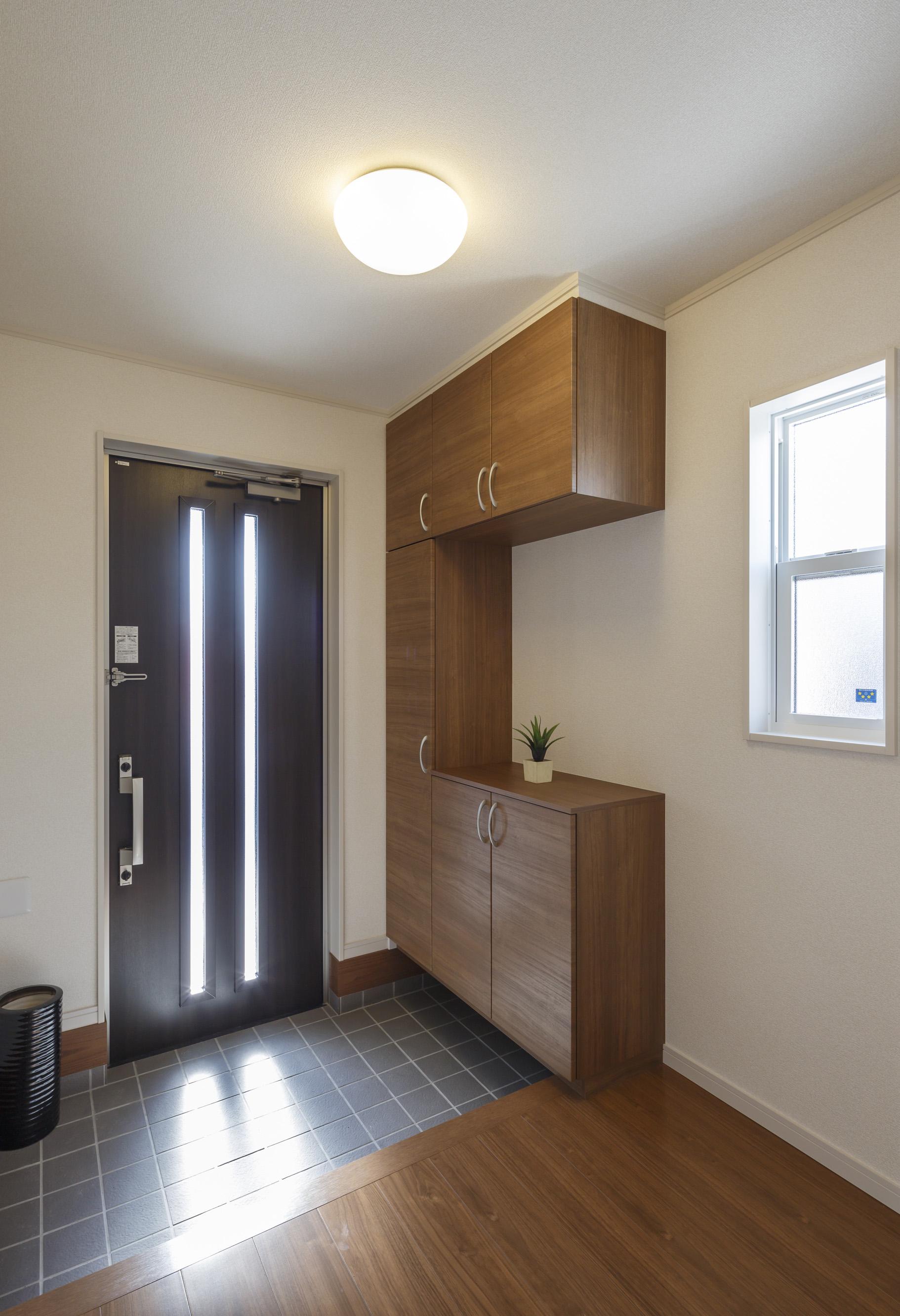 2×4工法で建てられており、尺貫法とは違い1メートル単位で設計され、玄関