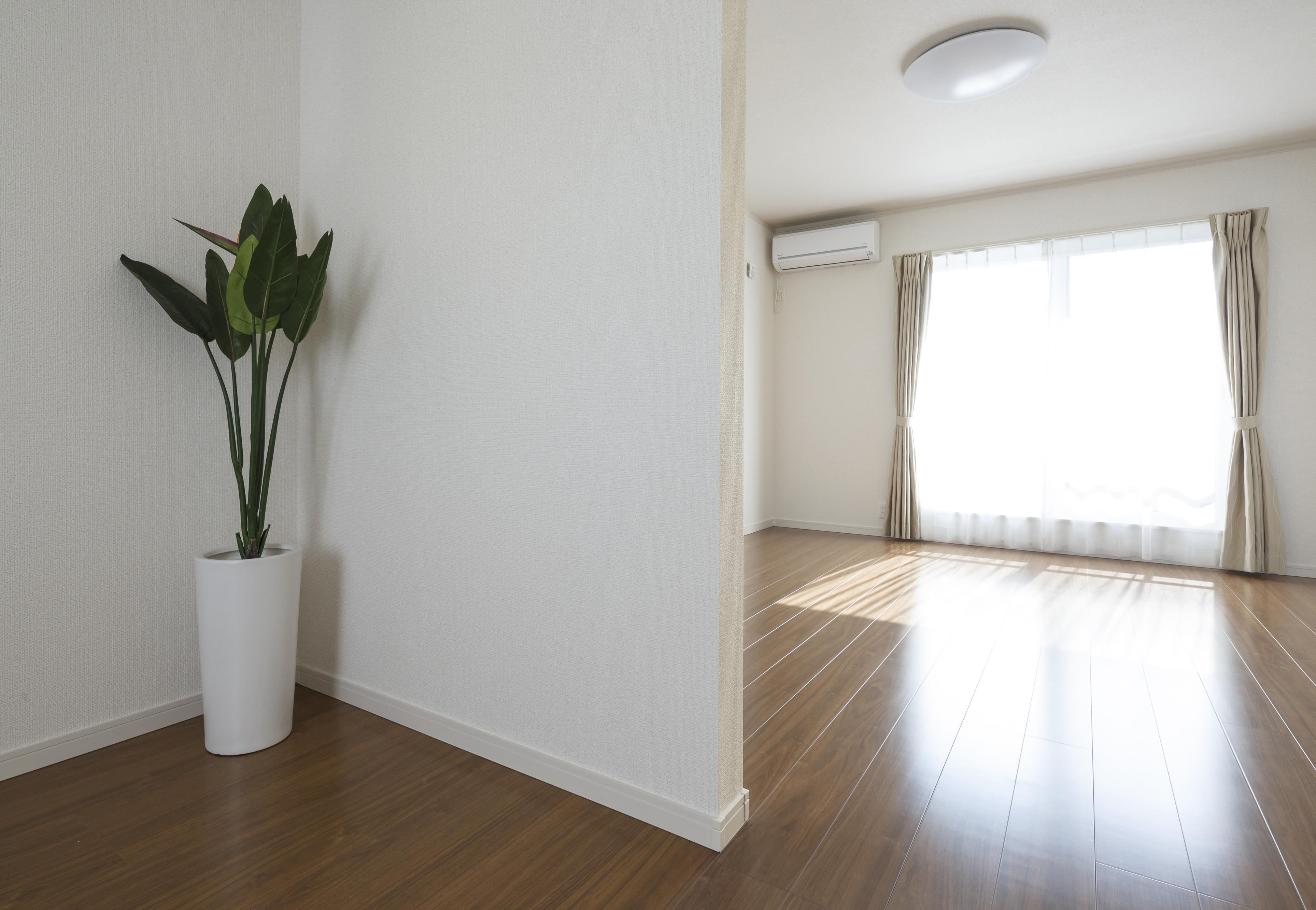 朝日住宅【収納力、省エネ、間取り】天井・床・壁・建具などにFFC免疫加工建材を使うのが『朝日住宅』の家づくりの特徴。素材に鉄ミネラルを浸透させ、化学物質の飛散を最小限に抑える最新技術で、空気を清浄にしたり、ダニ・カビの抑制など多彩な効果を期待できる