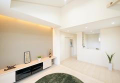 """明るく開放的な白い空間で親子の"""" 同居"""" を楽しむ家"""