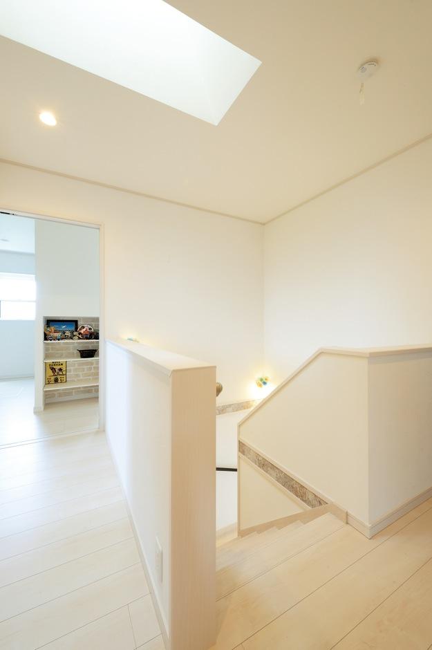 暗くなりがちな2階ホールは、中央にトップライトを採用し、安定的な光を取り込む