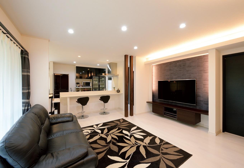 朝日住宅【デザイン住宅、間取り、インテリア】壁掛けテレビの裏にはレンガ調の壁紙を配し、間接照明との組み合わせで洗練された印象に。「造作してもらったテレビボードと床の間に隙間があるので、掃除もしやすいです」と奥さま